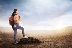 Schöne asiatische Reisendfrau mit Rucksack Stockfoto