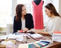 Schöne Atelierhaute couturen der jungen Frau in Mode Stockfotografie