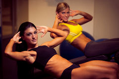 Schöne athletische Frau, die AB-Abstände in der Eignung Arbeits ist Stockbilder