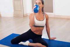 Schöne athletische sportliche Frau, die auf Yoga sitzt stockbild