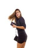 Schöne attraktive Frau im schwarzen Kleid, das sich herum dreht stockfotos