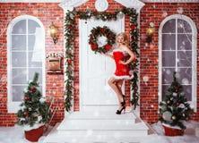 Schöne attraktive Frau in Santa Claus-Kleidung Lizenzfreies Stockfoto