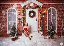 Schöne attraktive Frau in Santa Claus-Kleidung Stockfotografie