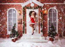Schöne attraktive Frau in Santa Claus-Kleidung Stockbilder