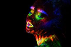 Schöne außerirdische vorbildliche Frau im Neonlicht Es ist Porträt des schönen Modells mit Leuchtstoffmake-up, Kunst stockfotos