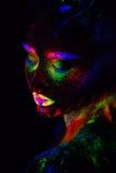 Schöne außerirdische vorbildliche Frau im Neonlicht Es ist Porträt des schönen Modells mit Leuchtstoffmake-up, Kunst Lizenzfreie Stockfotografie
