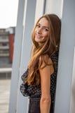 Schöne Aufstellung der jungen Frau Stockbilder
