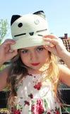 Schöne Aufstellung des kleinen Mädchens Lizenzfreies Stockbild