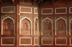 Schöne aufwändige Wand innerhalb Agra-Forts, UNESCO-Erbe, Indien stockfotografie