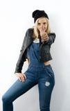 Schöne aufwerfende blonde Frau mit Hut Lizenzfreies Stockbild