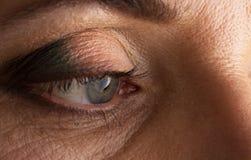 Schöne Augennahaufnahme mit der Makrophotographie der langen Wimpern, vierzig Jahre Plus lizenzfreie stockfotografie