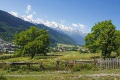 Schöne Aussicht auf Bergdorf in Mestia, Svaneti-Region von Georgia am vollen Tag des Sommers mit schneebedeckten Spitzen des Berg Lizenzfreie Stockfotografie