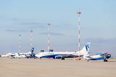 Schöne Aussicht auf Flugplatz mit wenigen Passagierflugzeugen Luftfahrt und Transport lizenzfreie stockfotografie