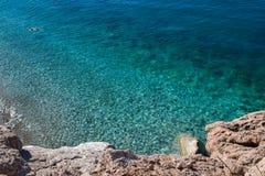 Schöne Aussicht des Meeres Ruhiges sauberes Meer Ansicht von oben Die Adria montenegro lizenzfreie stockfotografie