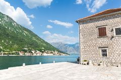 Schöne Aussicht von blauem Meer und von Bergen Stockbilder