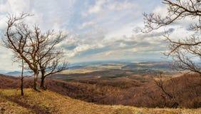 Schöne Aussicht von der Spitze eines Hügels Stockbilder