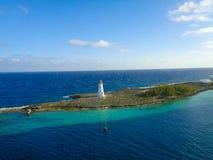 schöne Aussicht zu einer Insel mit Leuchtturm lizenzfreies stockbild