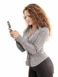 Schöne Bürofrauennachrichtenübermittlung durch Mobiltelefon Lizenzfreie Stockfotografie