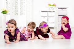 Mädchen gruppieren in den festlichen Kleidern lizenzfreie stockfotos