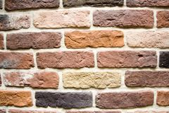 Schöne Backsteinmauer des mehrfarbigen Steins Stockfoto