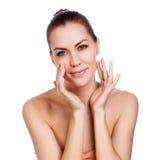 Schöne Badekurort-Frau, die ihr Gesicht berührt stockfotos