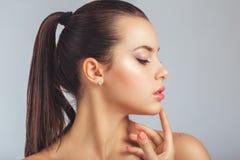 Schöne Badekurort-Frau, die ihr Gesicht berührt. lizenzfreies stockbild