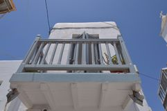Schöne Balkone in der malerischen Straßen-sehr Enge voll von Shops in Chora-Insel von Mikonos Arte History Architecture Lizenzfreie Stockfotos