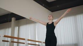 Schöne Ballerina, die Tanzen am Barre ausübt stock footage