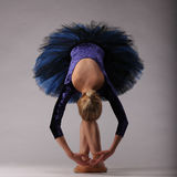 Schöne Ballerina im Blau, das in Studio aufwirft und tanzt Kunst des klassischen Balletts Lizenzfreie Stockbilder