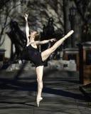 Schöne Ballerina im Park Stockbilder