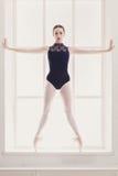 Schöne Ballerina steht in releve Ballettposition Lizenzfreies Stockfoto