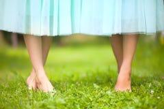 Schöne barfüßig weibliche Beine im blauen Ballettröckchenrock Tanzschule Stockfotografie