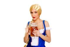 Schöne bayerische Frau mit Bier Lizenzfreies Stockbild