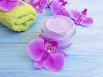 Schöne Behandlung des kosmetischen natürlichen Reiniger-Sahnefrühlinges der Orchideenblume auf hölzernem Hintergrund stockbild