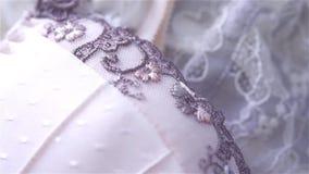 Schöne beige und weiße Seiden- und Spitzewäschenahaufnahme stock video footage