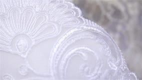 Schöne beige und weiße Seiden- und Spitzewäschenahaufnahme stock video