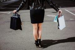 Schöne Beine der Nahaufnahme von tragenden Einkaufstaschen der Geschäftsfrau Lizenzfreies Stockbild