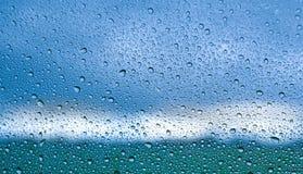 Schöne Beleuchtungs- und Regentropfen auf dem Spiegel Stockfotos