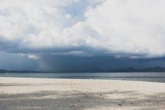 Schöne Berge auf Strand mit dunklen Wolken, Krabi, Thailand Lizenzfreies Stockbild