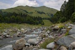 Schöne Berge fasten Fluss Lizenzfreies Stockfoto