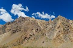Schöne Berge nahe Aconcagua-Spitze Stockfotos