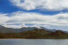 Schöne Berge nahe dem Wasser unter einem schönen Himmel Lizenzfreie Stockfotos