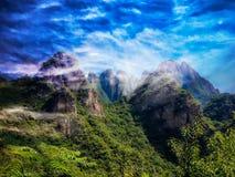 Schöne Berge und Wunderwolken stockfoto