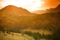 Schöne Berglandschaft in Andorra Berg und Wolken getont Stockfotografie