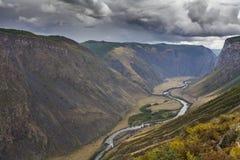 Schöne Berglandschaft mit Fluss Lizenzfreie Stockfotos