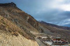 Schöne Berglandschaft mit kleinem Tempel, Nepal Lizenzfreies Stockbild