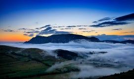 Schöne Berglandschaft am nebeligen Morgen in alba, Rumänien Stockfotografie