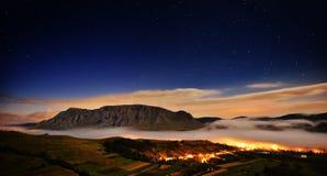 Schöne Berglandschaft am nebeligen Morgen in alba, Rumänien lizenzfreie stockfotos