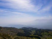 Schöne Berglandschaft, niedrige Hügel und Berg-sillhouette stockfotos