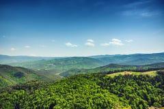 Schöne Berglandschaft, wenn die Bergspitzen mit f umfasst sind Stockfotografie